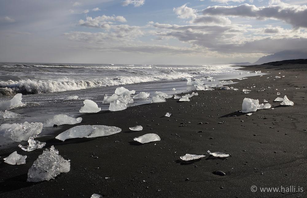 Ice cubes at the coastline below Jokulsarlon, south east of Iceland - Ísmolar úr Jökulsárlóni á ströndinni neðan við brú