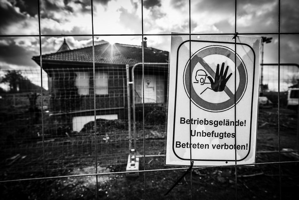 Luetzerath, DEU, 13.01.2021<br /> <br /> Der Energiekonzern RWE beginnt im Dorf Lützerath (Stadt Erkelenz) am Rand des Braunkohletagabaus Garzweiler II mit dem Abriss von Häusern fuer die umstrittene Erweiterung desTagebaus.<br /> <br /> In the village of Luetzerath (city of Erkelenz) on the edge of the Garzweiler II open pit lignite mine, the energy company RWE begins demolishing houses for the controversial expansion of the surface mine.<br /> <br /> Foto: Bernd Lauter/berndlauter.com