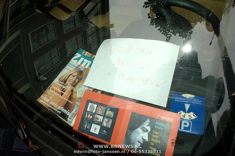 NLD/Amsterdam/20060531 - Presentatie CD Box Ramses Shaffy, tekst achter voorruit auto Willeke Alberti bij laad en los haven