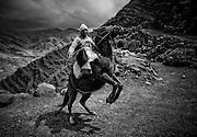 Campesino con su caballo en la cordillera de los andes a mas de 4000  m.s.n.m