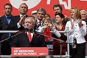 Maiaufmarsch (Labour Day March) in front of Vienna's City Hall of the SPOE (Social Democratic Party of Austria). Vienna Mayor Michael Ha?upl holding speech, applauding: Chancellor Alfred Gusenbauer (2nd from l.), Minister of Traffic and Infrastructure Werner Faymann, City Councelor Sonia Wehsely, Minister of Women Doris Bures.