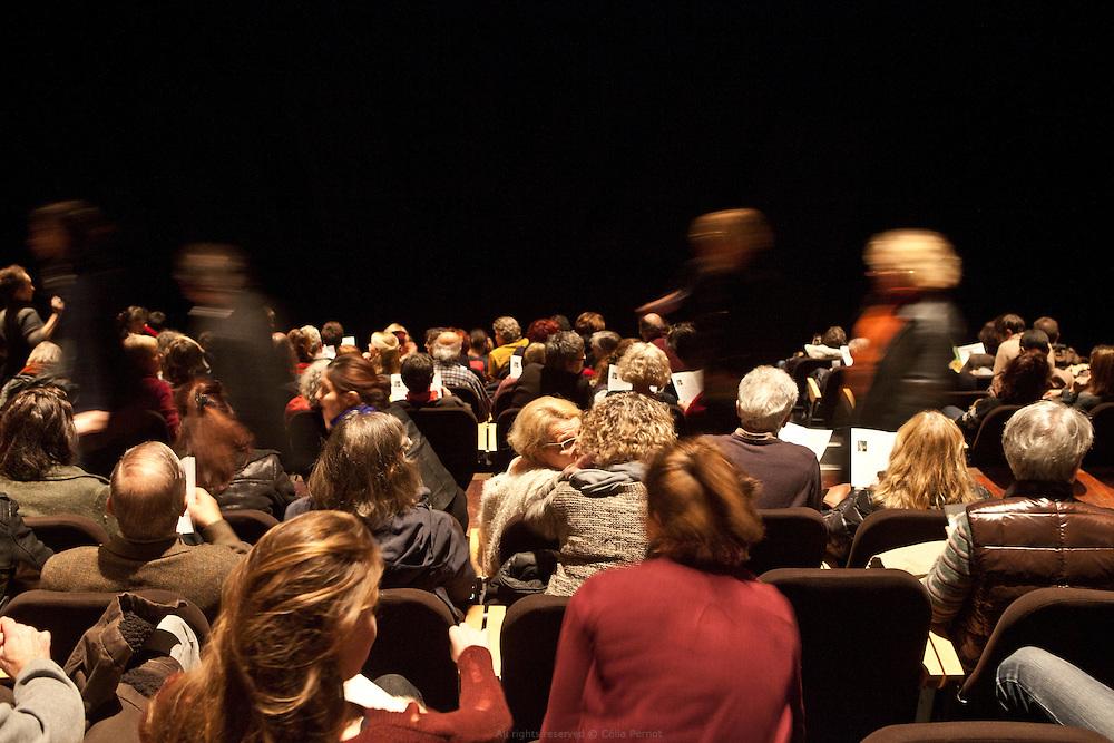 Le Forum du Blanc-Mesnil accueille ses derniers spectacles. Jeudi 13 novembre 2015, le nouveau maire UMP a mis fin à la convention qui liait le Forum, la Ville, les autres collectivités territoriales et l'État. L'association qui fait vivre le lieu ne survivra pas au-delà de fin décembre.<br /> Ce sont vingt emplois permanents menacés ; deux-cents à deux-cent-cinquante intermittents déprogrammés pour la fin de la saison ; six compagnies en résidence fragilisées. Ce sont aussi des liens humains qui tissaient une ville au quotidien qui disparaissent. Les crèches, les écoles, les collèges, les lycées, les hôpitaux, les centres sociaux, les services municipaux, les maisons de retraites, les associations menaient avec les artistes en résidence des projets de toutes sortes depuis une quinzaine d'années.
