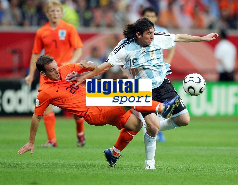 v.l. Wesley Sneijder, Lionel Messi Argentinien<br /> Fussball WM 2006 Niederlande - Argentinien <br /> Nederland- Argentina<br />  Norway only