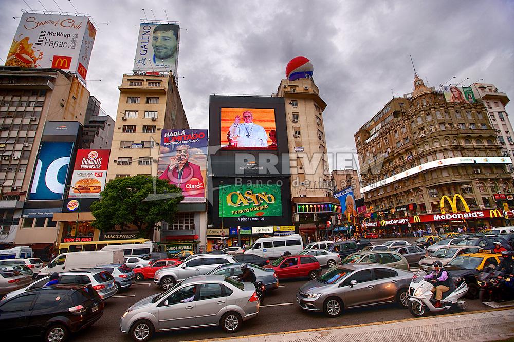 A imagem do Papa Francisco I é vista em um painel junto a outras campanhas publicitárias na Av. 9 de Julho no centro de Buenos Aires, em 19 de março de 2013. FOTO: Jefferson Bernardes/Preview.com