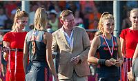 ANTWERPEN -  Minister Bruno Bruins (Sport) was bij de finale en reikte medailles uit. rechts Laura Nunnink (Ned)   finale  dames  Nederland-Duitsland  (2-0) bij het Europees kampioenschap hockey.  COPYRIGHT  KOEN SUYK