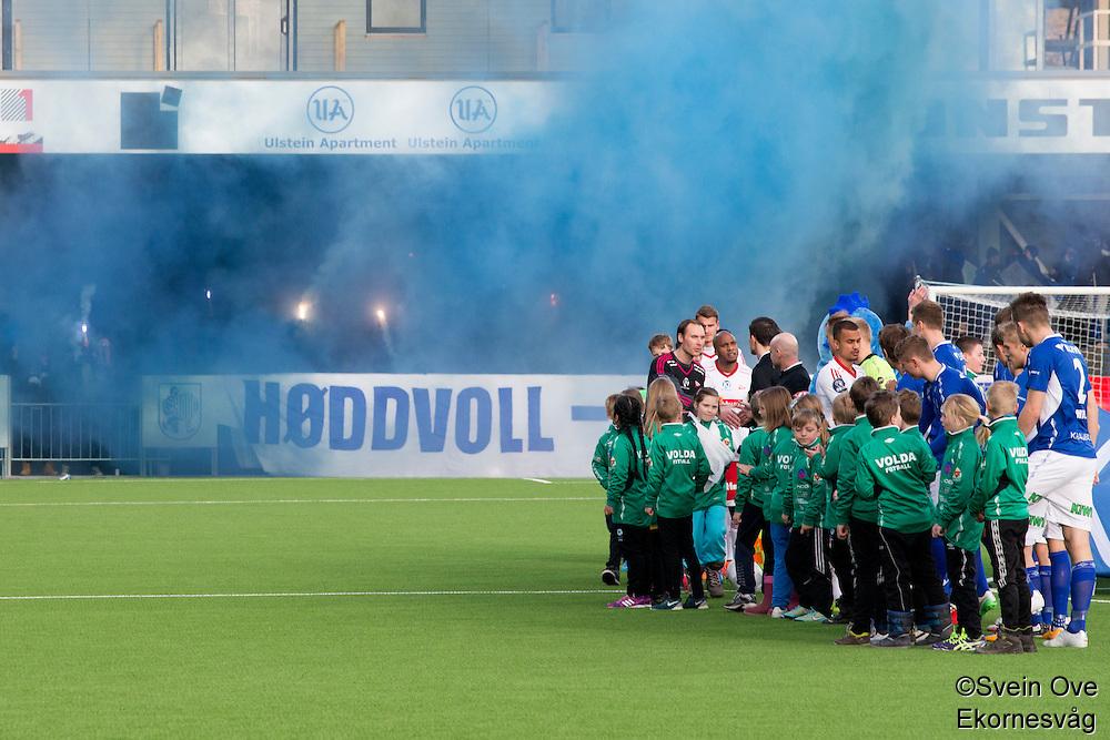 1. divisjon fotball 2015: Hødd - Fredrikstad. Røyk og pyro før førstedivisjonskampen mellom Hødd og Fredrikstad på Høddvoll.