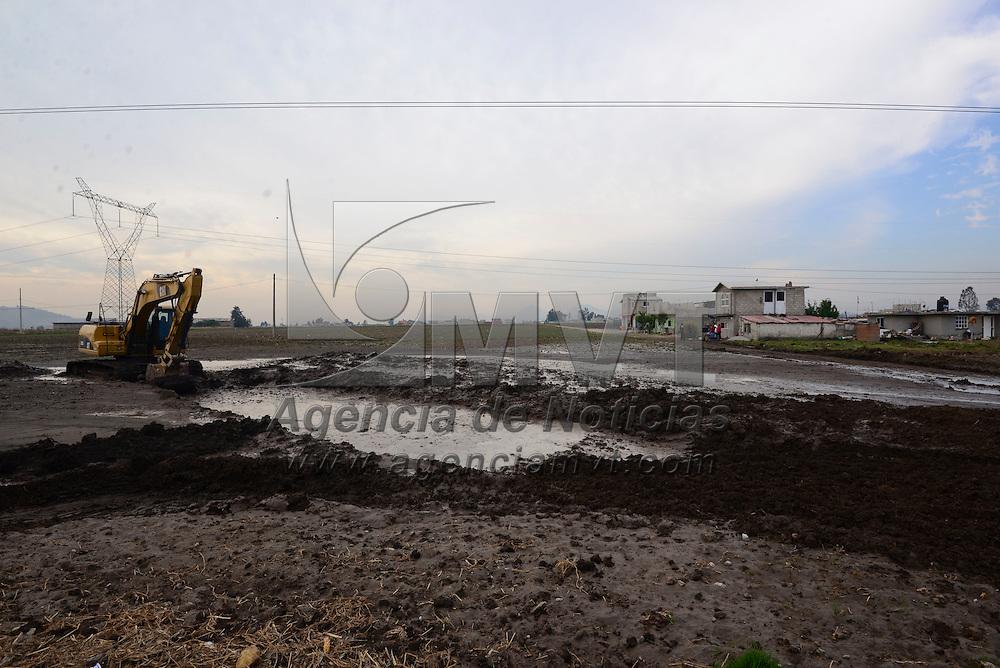 Toluca, México (Abril 18, 2016).- Trabajadores de CONAGUA laboraron por varias horas en la reparación de la fractura que se presento en el Sistema Cutzamala afectando las comunidades de San Carlos Autopan y San Cayetano Morelos así como ejidos de San Lorenzo.  Agencia MVT / Crisanta Espinosa