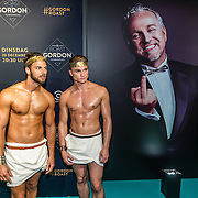 NLD/Amsterdam/20161213 - Inloop gasten The Roast of Gordon, naakte modellen in griekse kleding