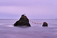 Japon, île de Honshu, région de Mie, Futami, Ise, Meoto Iwa, (Rochers mariés), deux rochers considérés male et femelle réunis par une corde sacrée shimenawa, célébrés chaque année lors d'un festival // Japan, Honshu island, Ise Shima, Mie region, Futami, Meoto-Iwa (Wedded Rocks), two rocks considered to be male and female, joined in matrimony by shimenawa (sacred ropes), renewed in a special festival each year