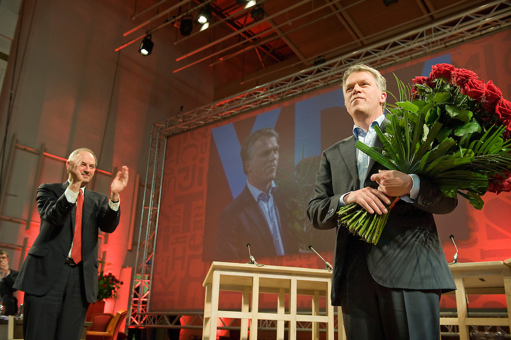 Nederland, Nijmegen, 25 april 2010.PvdA verkiezingscongres. Komende en gaande man..Afscheidsspeech Wouter Bos. Hij krijgt heel erg veel applaus van het congres en van zijn opvolger Job Cohen een grote bos bloemen...Foto (c)  Michiel Wijnbergh