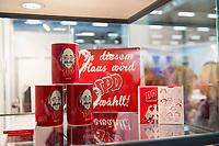 DEU, Deutschland, Germany, Berlin, 07.12.2017: SPD-Merchandise und Werbeartikel wie z.B. Tassen mit dem Konterfei von Martin Schulz in einer Vitrine beim Bundesparteitag der SPD im CityCube.