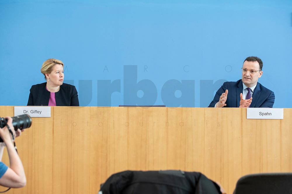 """09 APR 2020, BERLIN/GERMANY:<br /> Franziska Giffey (L), SPD, Bundesfamilienministerin, und Jens Spahn (R), CDU, Bundesgesundheitsminister, Pressekonferenz """"Unterrichtung der Bundesregierung zur Bekämpfung des Coronavirus"""", Bundespressekonferenz<br /> IMAGE: 20200409-01-037"""