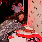 NLD/Amsterdam/20110925 - Benefietavond Red Sun Stichting Stop Kindermisbruik, Wimmy Hu ondertekend een schilderij