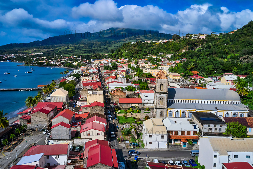 France, Martinique, Saint-Pierre, le front de mer et la cathedrale Notre Dame du Bon Port // France, Martinique, Saint-Pierre, the beach and Notre Dame du Bon Port cathedral
