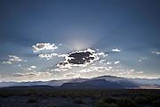 De zon verdwijnt achter de wolken boven de bergen bij de Amerikaanse plaats Battle Mountain.<br /> <br /> The sun disappears behind the clouds above the mountains near the village Battle Mountain, Nevada.