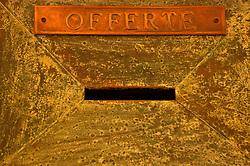 """È stata inaugurata il 1° luglio 2004, la nuova Chiesa di San Pio da Pietrelcina progettata dall'architetto Renzo Piano. Esattamente 45 anni prima, nel 1959,  veniva inaugurata la chiesa """"grande"""" di Santa Maria delle Grazie. .Sorta a fianco del santuario e convento in cui visse il frate, ha la forma di una conchiglia e la sua pianta ricorda quella della spriale archimedea. Enormi archi parto dal perimetro esterno e terminano nel fulcro della """"conchiglia"""" dove è posto l'altare. Possenti staffe d'acciaio, ancorate agli archi, sorreggono la volta che ricoperta di rame preossidato espone alla vista un intenso un colore verde-rame.   .Con i suoi 6000 mq, è la seconda chiesa più grande in Italia per dimensioni, dopo il Duomo di Milano. Può ospitare oltre 7000 persone e per la sua realizzazione sono state impiegati 30.000 metri cubi di calcestruzzo, 1.320 blocchi in pietra di Apricena, 70.000 metri cubi di scavo in roccia, 60.000 chili di acciaio, 500 mq di vetro, 19.500 mq di rame preossidato. Ogni anno è meta di oltre sei milioni di pellegrini..Nella foto il particolare di una cassetta per le offerte ricoperta in rame."""