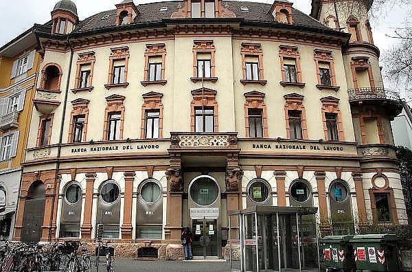 Italie, Bolzano, 8-3-2008..Een filiaal,vestiging ban de bank van Livorno. Bolzano, Bozen, is na de eerste wereldoorlog bij Italië gevoegd en is tweetalig. De bevolking is sterk gericht op Oostenrijk...Foto: Flip Franssen