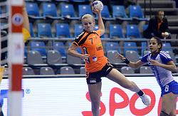 07-12-2013 HANDBAL: WERELD KAMPIOENSCHAP NEDERLAND - DOMINICAANSE REPUBLIEK: BELGRADO <br /> 21st Women s Handball World Championship Belgrade, Nederland wint met 44-21 / Debbie Bont<br /> ©2013-WWW.FOTOHOOGENDOORN.NL