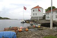 07 JUN 2003, LOSHAVN/NORWEGEN:<br /> Loshavn, ein kleines Fischerdorf mit typischen weiss gestrichenen Holzhaeusern und kleinen Holzbooten, in der Naehe von Farsund, Norwegen<br /> IMAGE: 20030607-01-014<br /> KEYWORDS: Norge, Norway, Fjord, Kueste, Küste, Wasser, Holzhaus, Holzhäuser