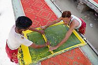 Inde, Rajasthan, Teinture des saris. // India, Rajasthan, dyeing sari.