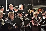Nederland, Nijmegen, 21-2-2019  In Nijmegen werd het vergissingsbombardement van 75 jaar geleden in 1944 herdacht. Langs de zgnd. brandgrens van de binnenstad stonden tientallen koren en musici die tussen 20.00 uur en 20.15 uur het muziek brachten. Hier bij het monument De Schommel waar een kleuterschool werd getroffen . Ook bij de honderden met kaarsjes verlichte naamplaatjes die in de straten ingelegd zijn stonden verwanten met soms een foto van hun omgekomen familielid.Foto: Flip Franssen