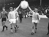 Fotball<br /> England <br /> Foto: Colorsport/Digitalsport<br /> NORWAY ONLY<br /> <br /> MANCHESTER CITY DOUBLE GOALSCORERS FRANCIS LEE AND BOBBY OWEN HOLDS ALOFT THE CHARITY SHIELD AFTER THE 6:1 VICTORY OVER W.B.A. MANCHESTER CITY 6:1 WEST BROMWICH ALBION, FA CHARITY SHIELD, 3/8/68, MAINE ROAD.