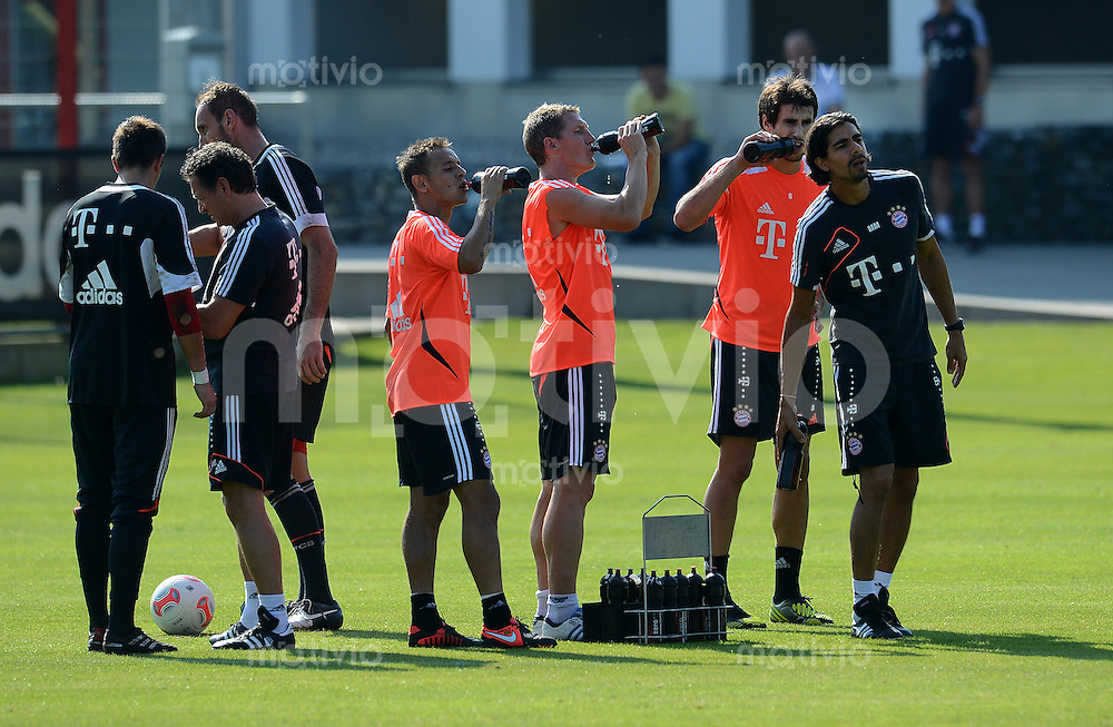 Fussball 1. Bundesliga:  Saison  2012/2013     Training beim FC Bayern Muenchen 10.09.2012 Rafinha, Bastian Schweinsteiger und Javi Martinez (v. li., ) trinken