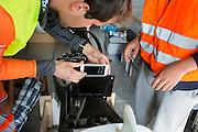 De technici werken aan de VeloX 6 tijdens de derde dag van de races. Het Human Power Team Delft en Amsterdam (HPT), dat bestaat uit studenten van de TU Delft en de VU Amsterdam, is in Amerika om te proberen het record snelfietsen te verbreken. In Battle Mountain (Nevada) wordt ieder jaar de World Human Powered Speed Challenge gehouden. Tijdens deze wedstrijd wordt geprobeerd zo hard mogelijk te fietsen op pure menskracht. Het huidige record staat sinds 2015 op naam van de Canadees Todd Reichert die 139,45 km/h reed. De deelnemers bestaan zowel uit teams van universiteiten als uit hobbyisten. Met de gestroomlijnde fietsen willen ze laten zien wat mogelijk is met menskracht. De speciale ligfietsen kunnen gezien worden als de Formule 1 van het fietsen. De kennis die wordt opgedaan wordt ook gebruikt om duurzaam vervoer verder te ontwikkelen.<br /> <br /> The Human Power Team Delft and Amsterdam, a team by students of the TU Delft and the VU Amsterdam, is in America to set a new world record speed cycling.In Battle Mountain (Nevada) each year the World Human Powered Speed Challenge is held. During this race they try to ride on pure manpower as hard as possible. Since 2015 the Canadian Todd Reichert is record holder with a speed of 136,45 km/h. The participants consist of both teams from universities and from hobbyists. With the sleek bikes they want to show what is possible with human power. The special recumbent bicycles can be seen as the Formula 1 of the bicycle. The knowledge gained is also used to develop sustainable transport.