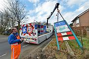Nederland, Groesbeek, 16-03-2016 Vanwege de gemeentelijke herindeling is de samenvoeging van de gemeenten Millingen aan de Rijn, Ubbergen en Groesbeek uitgevoerd en worden de komborden van de dorpskernen vervangen. Sinds 1 januari 2016 heet de nieuwe gemeente Berg en Dal. FOTO: FLIP FRANSSEN/ HH