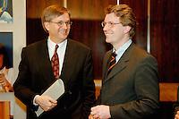 09 FEB 1998, BONN/GERMANY:<br /> Peter Hintze, MdB, CDU Generalsekretär, und Christian Wulff, MdL, CDU Landesvorsitzender Niedersachsen, Pressekonferenz<br /> IMAGE: 19980209-02/01-33