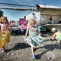 Nederland, Amsterdam , 2 juni 2011..Op donderdag 2 juni -Hemelvaartsdag- organiseert de NDSM werf voor de derde keer het kleurrijke festival Hemeltjelief! Met een bijzondere mix van aansprekende live-bands, straattheater, kunstinstallaties en kindervertier is Hemeltjelief! een verfrissend festival dat het net even anders doet. ?Wie met Hemelvaart iets bijzonders wilt beleven, doet er goed aan op 2 juni naar de NDSM werf af te reizen. Daar organiseren de kunstenaars van de werf voor de derde keer het kleurrijke festival Hemeltjelief! Wat twee jaar geleden begon als een spontaan feest op Hemelvaartsdag voor Amsterdammers en hun kroost, groeit dit jaar uit tot een heus festival waar meer dan honderd kunstenaars en muzikanten hun steentje aan bijdragen. .Overdag is er zowel voor kinderen als hun ouders van alles te zien, te doen en mee te maken zoals T-shirts maken, circusacts instuderen, vliegtuigspotten en naar de sterren kijken in een nagemaakt heelal. ?Op de diverse podia staan grote bands en aanstormende talenten geprogrammeerd, waaronder Chef'Special, Phantom 4 feat. Rude Boy, Supercity, Den Tex en de nieuwe Amsterdamse belofte Puppa and the Clementines. Op het podium aan de waterkant bij Noorderlicht draaien o.a. Kareem Raihani, Poly Esta, Anam en Ronny Hammond. .Op de foto Deena (m) en Dirkje (l)..Foto:Jean-Pierre Jans