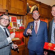 NLD/Amsterdam/20160322 - Sigaren locker Pr. Bernhard Sr. overdracht bij Huis Hajenius, v.l.n.r. Francois-Leon van der Velden met Hans Sijmons en Ernst Wilmering
