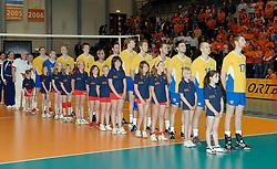 01-06-2006 VOLLEYBAL: EK KWALIFICATIE: NEDERLAND - ZWEDEN: ROTTERDAM<br /> Nederland wint het eerste duel van de EK kwalificatie reeks met 3-0 / Line up voor het volkslied<br /> ©2006-WWW.FOTOHOOGENDOORN.NL