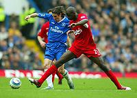 Fotball<br /> Premier League 2004/05<br /> Chelsea v Liverpool<br /> 3. oktober 2004<br /> Foto: Digitalsport<br /> NORWAY ONLY<br /> Alexei Smertin battles with Djimi Traore of Liverpool (R)