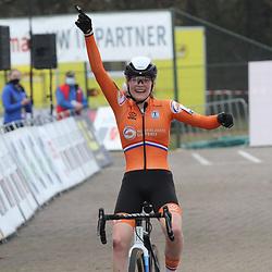 08-11-2020: Wielrennen: EK Veldrijden: Rosmalen: Puck Pieterse wint het U23 EK voor Blanka Vas en Manon Bakker.