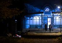 Bialystok, 31.10.2020. Decyzja rzadu zostaly zamkniete - w zwiazku z gwaltownym wzorstem zakazen COVID-19 - na trzy dni wszystkie cmentarze w kraju N/z zamkniety najwiekszy w Bialymstoku Cmentarz Farny w godzinach wieczornych; pomimo zakazu wstepu w cmentarnej kaplicy obprawiana byla msza swieta o godz. 17 fot Michal Kosc / AGENCJA WSCHOD