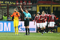 "arbitro Craig Thomson ammonisce Gerard Pique Barcellona.Milano 20/02/2013 Stadio ""S.Siro"".Football Calcio UEFA Champions League 2012/13.Milan vs Barcellona.Foto Insidefoto Paolo Nucci."