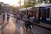 Fietsers rijden door Amsterdam.<br /> <br /> Cyclists in Amsterdam.
