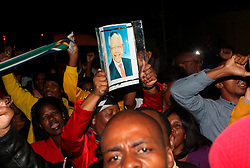 05.12.2013, Johannesburg, ZAF, Nelson Mandela, der Gigant des Humanismus ist im Alter von 95 Jahren in seinem Haus an den Folgen einer Lungenentzuendung gestorben, im Bild People mourn for the death of former South African President Nelson Mandela outside his house // Nelson Mandela a giant of humanism died in his house in Johannesburg, South Africa on 2013/12/05. EXPA Pictures © 2013, PhotoCredit: EXPA/ Photoshot/ Lagnnen Bchea<br /> <br /> *****ATTENTION - for AUT, SLO, CRO, SRB, BIH, MAZ only*****