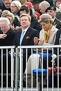 De historische landing van prins Willem Frederik, de latere Koning Willem I, die op het strand van Scheveningen wordt nagespeeld in het kader van de viering van 200 jaar koninkrijk<br /> <br /> The historic landing of Prince Willem Frederik, later King William I, on the beach of Scheveningen is re-enacted in the context of the celebration of 200 years kingdom<br /> <br /> Op de foto / On the photo:  Koning Willem-Alexander en koningin Maxima komen aan op het strand en kijken naar de landing van prins Willem Frederik, de latere Koning Willem I<br /> <br /> King Willem-Alexander and Queen Maxima arrive at the beach and watch the landing of Prince Willem Frederik, later King William I