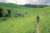 Hombre caminando por la selva, Cerro Delgado Chalbaud, Amazonas, Venezuela.