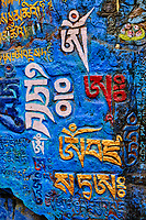 Inde, Bengale Occidental, Darjeeling, rocher avec inscription bouddhiste en tibetain // India, West Bengal, Darjeeling, rock with tibetan bouddhism writing