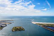 Nederland, Noord-Holland, IJmuiden, 01-08-2016; monding van het Noordzeekanaal met Noordelijke en Zuidelijke havendam. In de monding  het Fort Eiland (Stelling van Amsterdam). <br /> Mouth of the North sea canal.<br />  <br /> luchtfoto (toeslag op standard tarieven);<br /> aerial photo (additional fee required);<br /> copyright foto/photo Siebe Swart