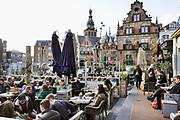 Nederland, Nijmegen, 14-3-2020  Ondank de dreiging van het coronavirus maken veel mensen gebruik van het zachte weer om even op een tarrasje te zitten aan de Grote Markt . . Foto: Flip Franssen