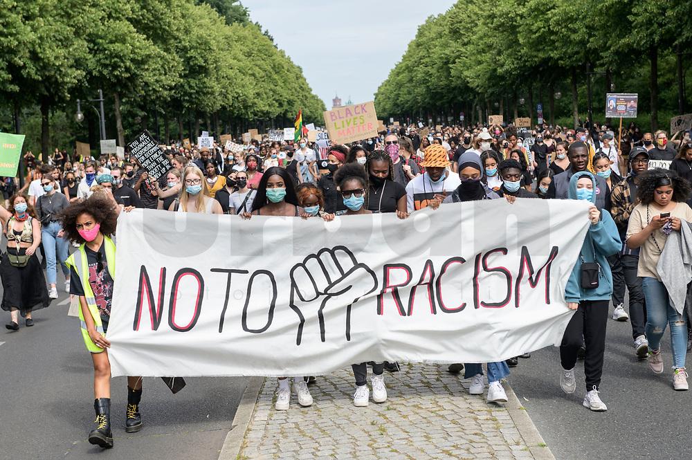"""04 JUL 2020, BERLIN/GERMANY:<br /> Demonstratinnen mit Transparent """"No to Racism"""", Demonstration gegen Rassismus unter dem Motto """"Black Lives Matter"""" auf der Strasse des 17. Juni<br /> IMAGE: 20200704-01-021<br /> KEYWORDS: Demonstraten, Demonstrant, Demonstratin, Demo, Protest, protester, Protesters, PoC"""