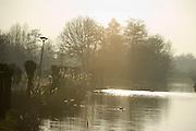 Fietspad in Alphen aan den Rijn, Zuid-Holland tijdens zonsondergang Cycling-track during sunset, Alphen aan den Rijn, Netherlands