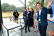 Prof. Mr. Pieter van Vollenhoven opent Grebbelinie bezoekerscentrum in Renswoude.<br /> <br /> Prof. Mr. Pieter van Vollenhoven opens Grebbelinie visitor center in Renswoude.<br /> <br /> Op de foto / On the photo: <br /> <br />  Prof. Mr. Pieter van Vollenhoven krijgt een rondleiding door het Grebbelinie Bezoekerscentrum