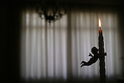 Belo Horizonte_MG, Brasil...Vela na sala de uma casa...The candle in living room in a house...Foto: LEO DRUMOND / NITRO