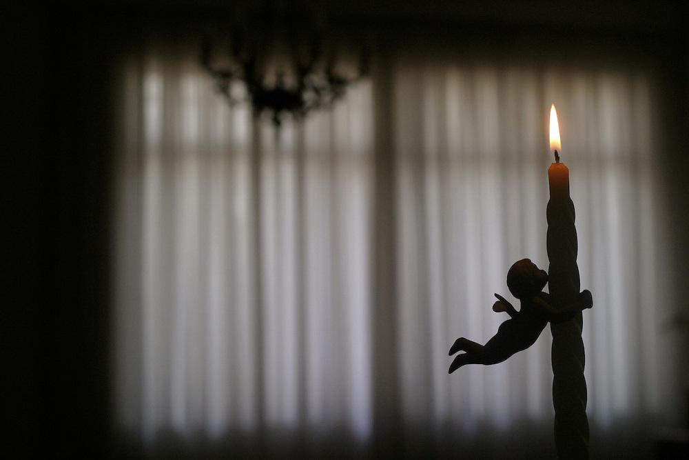 Belo Horizonte_MG, Brasil...Vela na sala de uma casa...The candle in living room in a house...Foto: LEO DRUMOND / NITRO