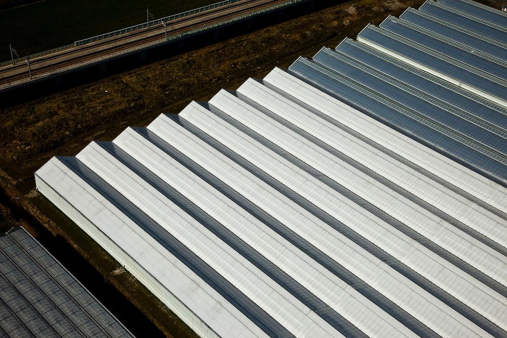 Nederland, Zuid-Holland, Bleiswijk, 20-03-2009; detail kassencomplex laat een geometrisch patroon van de daken zien, linksboven de sporen van de HSL.Detail of greenhouses in a geometrical checked pattern. .Swart collectie, luchtfoto (toeslag); Swart Collection, aerial photo (additional fee required); .foto Siebe Swart / photo Siebe Swart